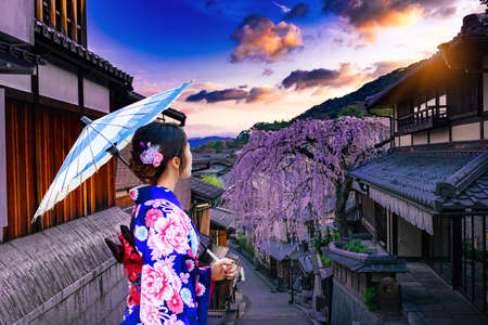Young women in beautiful Japanese kimono dress enjoying Historic Higashiyama district, Kyoto in Japan 版權商用圖片 - 138039611