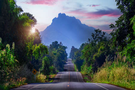 Route 1252 Route to Chae Son Hot Springs in Lampang Province, Thailand Imagens