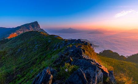 Sunrise and misty at Doi Phamhon viewpoint, Chiangrai province, Thailand Imagens