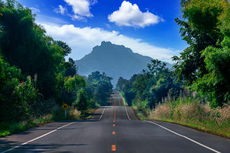 Route 1252 Route to Chae Son Hot Springs in Lampang Province, Thailand Foto de archivo