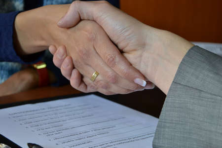trabajo: Businesspeople handshaking