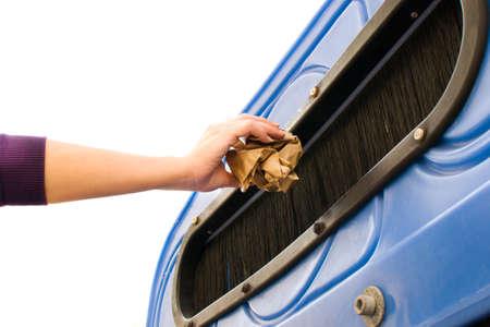 reciclaje papel: Lanzar un contenedor de reciclaje de papel Foto de archivo