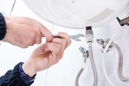 fontanero: Fontanero que fija calentador de agua eléctrico