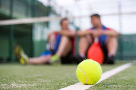 Freunde spielen Paddle-Tennis Standard-Bild - 38353227