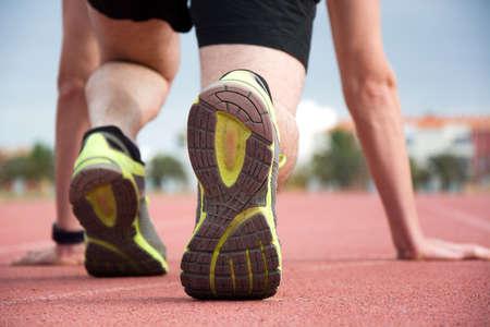pista de atletismo: Runner en el inicio de la pista Foto de archivo