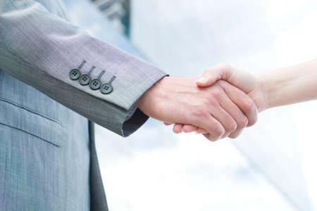 pacto: estrechar la mano de gente de negocios Foto de archivo