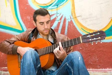 estilo urbano: Hombre con la guitarra. estilo urbano
