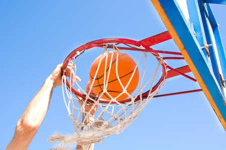 Mann spielen Basketball auf der Straße Standard-Bild - 42233038