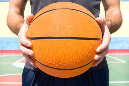baloncesto: hombre joven con una pelota de baloncesto