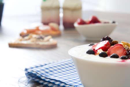 yaourt: Yaourt nature avec des baies fraîches, pain grillé avec des fruits et des céréales