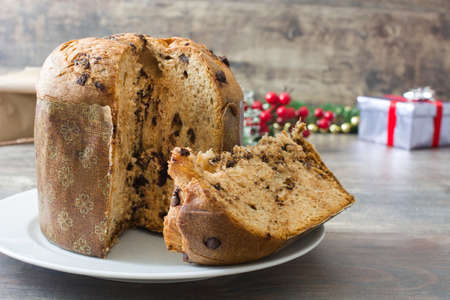 cioccolato natale: Panettone with chocolate and Christmas decoration
