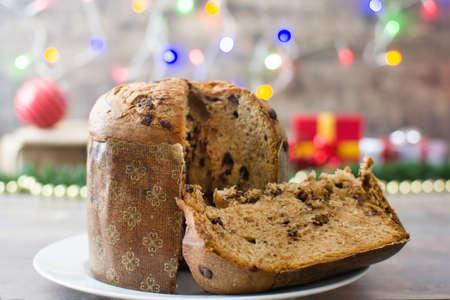 cioccolato natale: Panettone al cioccolato. luci di Natale sfondo
