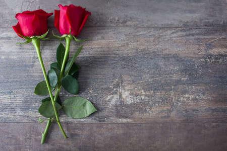 Rosen auf Holz Standard-Bild - 50025280