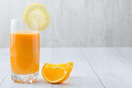 vaso de jugo: zumo de naranja
