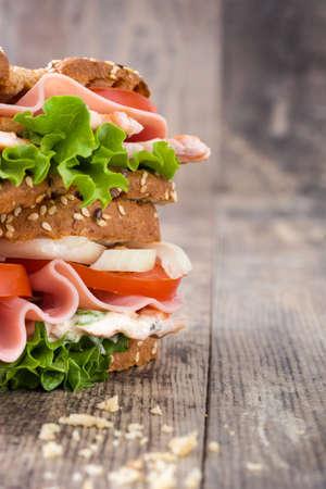 sandwich de pollo: s�ndwich de pollo en la madera Foto de archivo
