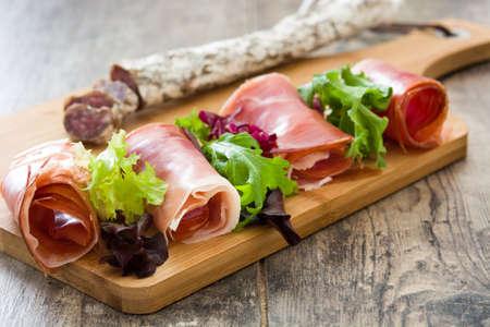 Espagnol jambon serrano, les olives et les saucisses