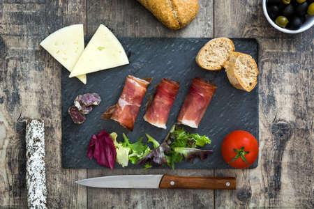 Espagnol jambon serrano, fromage et saucisson sur ardoise