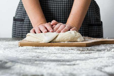 haciendo pan: Mujer haciendo pan en la madera