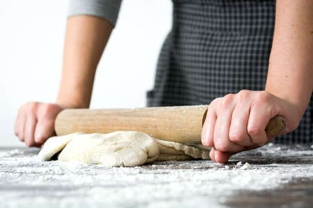 making bread: Mujer haciendo pan en la madera