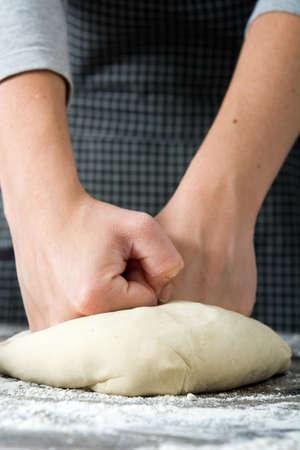 haciendo pan: Mujer que hace el pan con sus manos