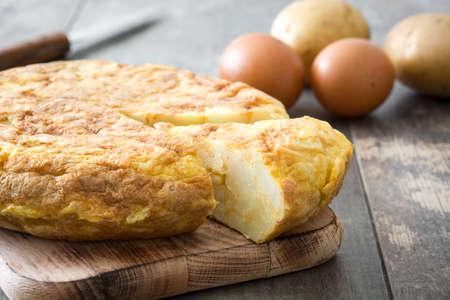 Traditional spanish omelette on wooden table Standard-Bild