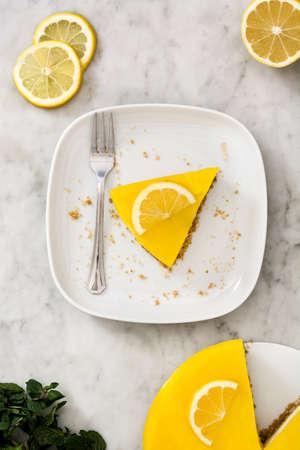 lemon pie: tarta de limón en mármol blanco