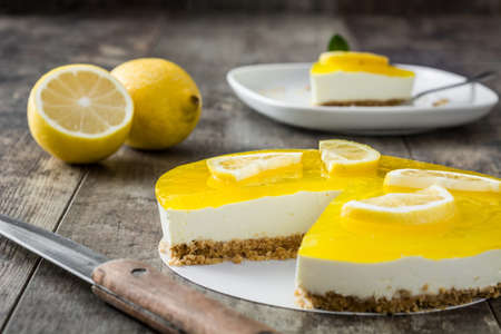 pie de limon: tarta de limón en el fondo de madera Foto de archivo