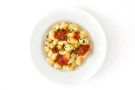 Gnocchi mit Tomatensauce isoliert auf weißem Hintergrund. Draufsicht Standard-Bild - 75015711