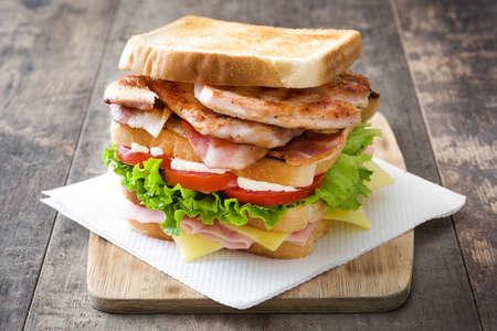 mayonesa: Club sandwich en mesa de madera Foto de archivo