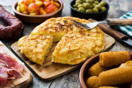 Traditionelle spanische Tapas. Kroketten, Oliven, Omelette, Schinken und Patatas Bravas auf Holztisch Standard-Bild - 80089782