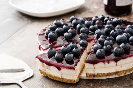 木製のテーブルにブルーベリーのチーズケーキ 写真素材