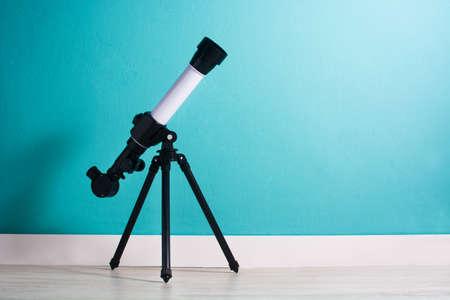Telescoop in de ruimte van een jongen copyspace