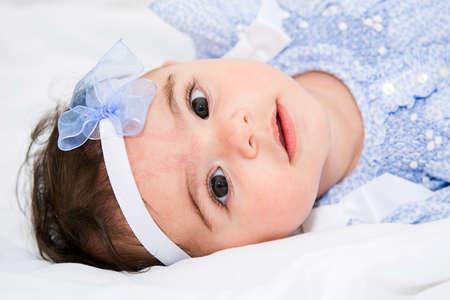 Mooi babymeisje op een bed Stockfoto