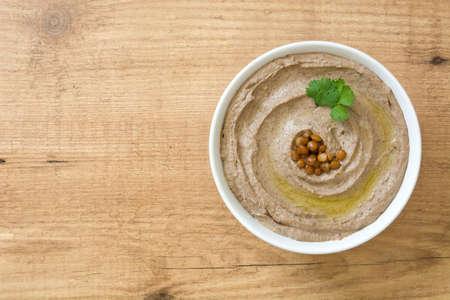 Lentil Hummus in Schüssel auf Holz Standard-Bild - 88194725