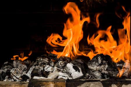 Gros plan de charbon de bois brûlant. Préparation du barbecue.