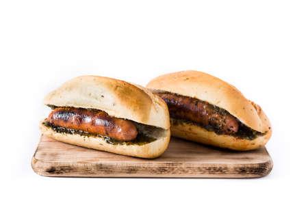 Choripane. Sandwich traditionnel argentin au chorizo et sauce chimichurri. isolé sur fond blanc Banque d'images