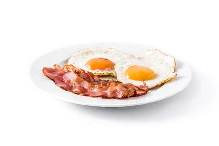Uova fritte e pancetta per colazione isolato su sfondo bianco.