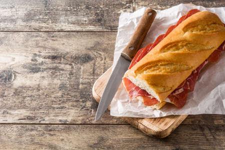 Sandwich espagnol sur table en bois. Espace de copie