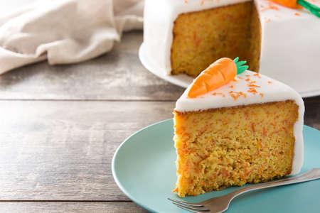 Sweet carrot cake slice on wooden table. Copyspace Stockfoto