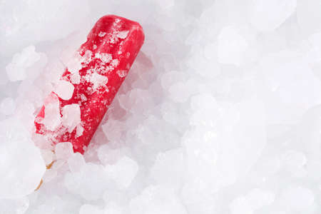 Strawberry ice lolly on ice cubes. Top view. Copyspace Banco de Imagens - 120670090