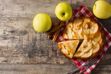 Homemade apple pie slice on wooden table. Top view. Copyspace Imagens