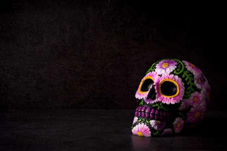 Tipico teschio messicano dipinto su sfondo nero. Copyspace. Dia de los muertos.