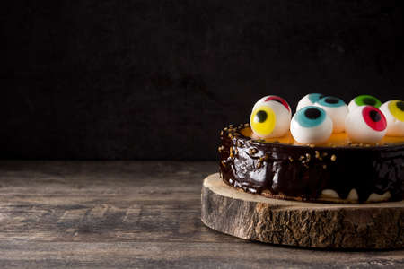 Halloween cake met snoep decoratie op houten tafel. Ruimte kopiëren Stockfoto