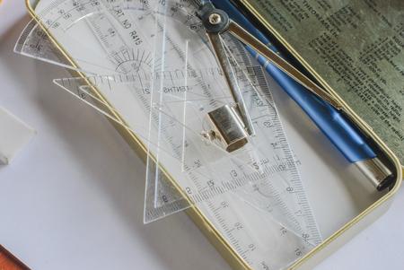 compas de dibujo: Compases, lápiz y reglas en el papel ajustado Foto de archivo