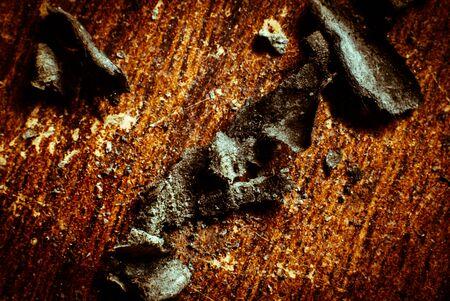 papel quemado: Bordes de papel quemadas en de madera viejo en el fondo