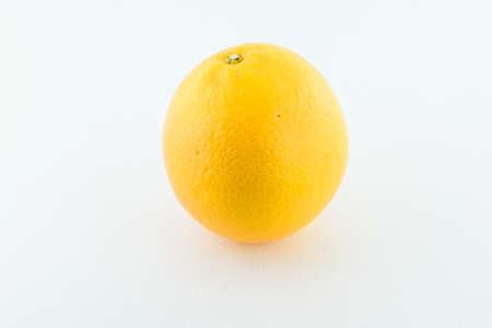 naranja fruta: Fruto de naranja aislada sobre fondo blanco. Acercamiento.