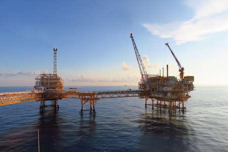 Plate-forme de construction offshore pour la production pétrolière et gazière, l'industrie pétrolière et gazière et le travail acharné, plate-forme de production et processus d'exploitation par fonction manuelle et automatique, industrie et exploitation pétrolière et de forage.