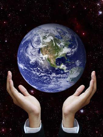 fraternidad: Mano que sostiene la tierra (ver la imagen de la Tierra http:visibleearth.nasa.gov