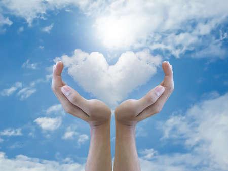 cuore in mano: Mano che tiene nube cuore