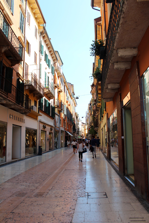 2016 年 8 月 3 日、ヴェローナ、イタリア北部。経由・ マッツィーニ 〜 商店街。人気観光ヨーロッパ。ヴェローナの街の景色 報道画像